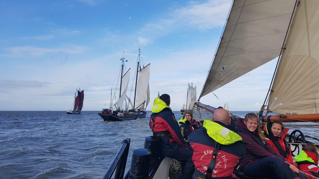 Wettbewerbsfähiges Segelsegeln entlang der @ Gouden Vloot Sailing Trips